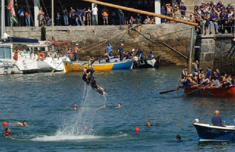 Antzar Eguna: realizando el Antzar Jokoa sobre el mar en Lekeitio