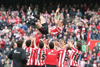 Los jugadores del Athletic de Bilbao manteando a Etxeberria