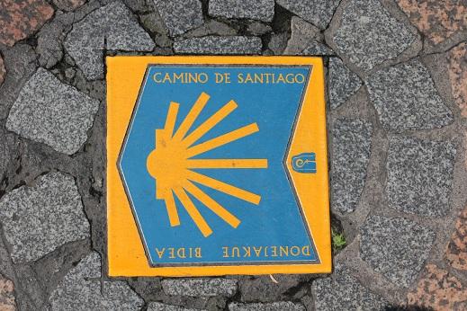 Baldosa indicando el Camino de Santiago - Ruta Norte en Bilbao